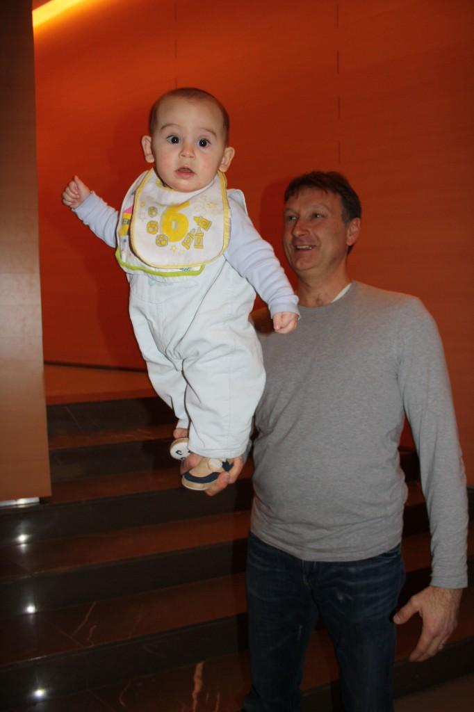 Luca gioca con il suo equilibrio tra le mani del papA�!